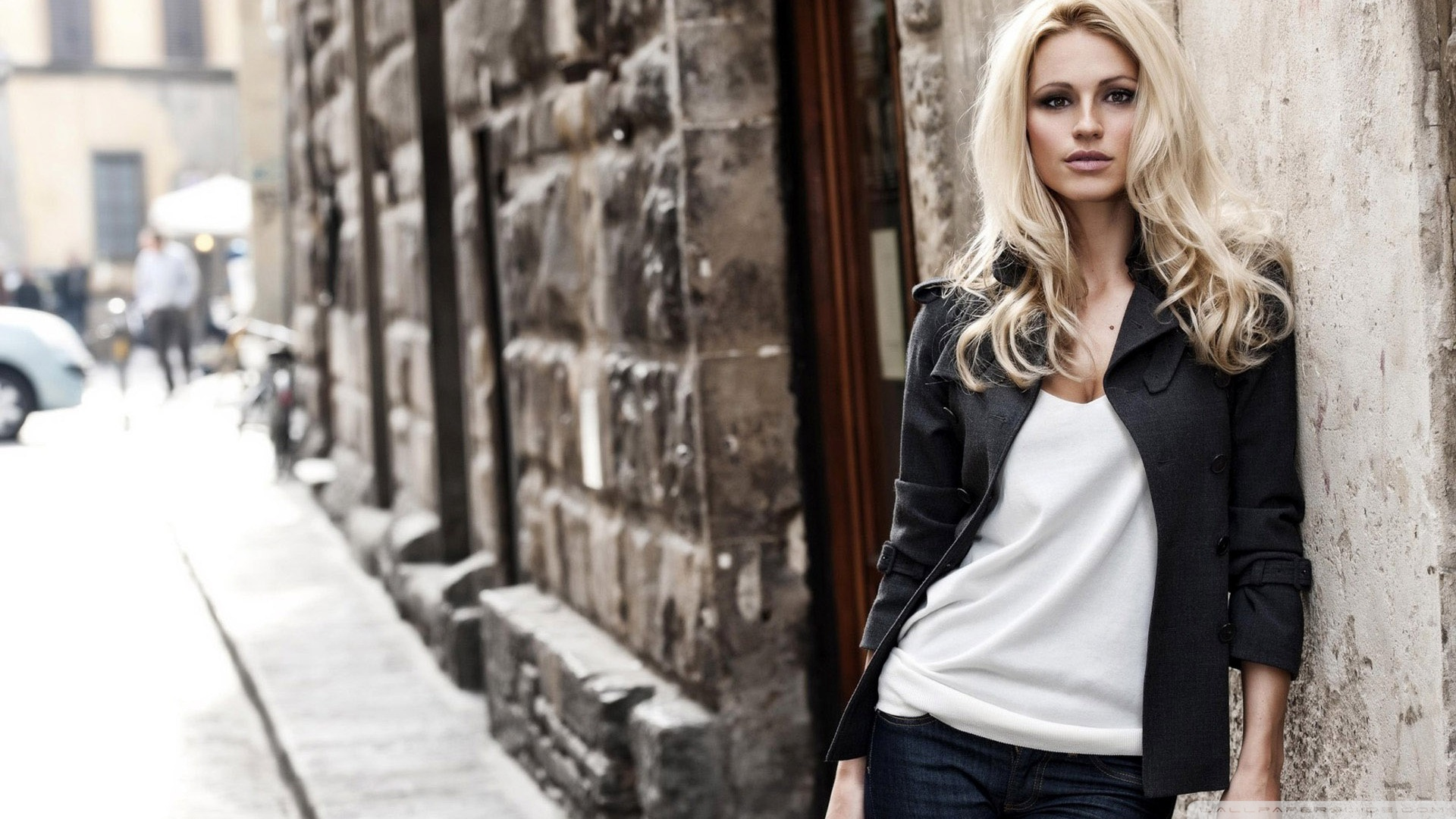 blonde_woman_city_street_photography-wallpaper-1920x1080